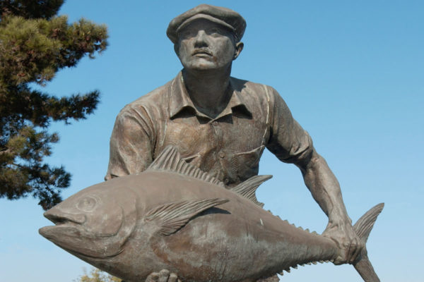 The Fishing Industry Memorial, a bronze statue of a fisherman holding a large fish, pays tribute to the San Pedro's canneries and fishing industry.